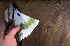 Otwarty portfel z setkami w męskiej ręce Fotografia Stock
