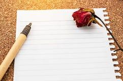Otwarty pusty dzienniczka papier i suszy różanego Obraz Royalty Free