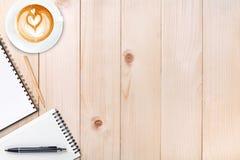 Otwarty pusty notatnik z ołówkiem i filiżanką kawy na drewnianym zdjęcia stock