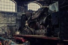 Otwarty silnik stara elektryczna lokomotywa w zaniechanym wo zdjęcia royalty free