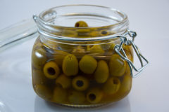 Otwarty szklany słój oliwki Fotografia Royalty Free