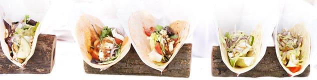 Otwarty tortilla opakunek z kurczaków warzywami i piersią obraz stock