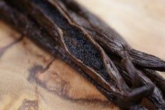 Otwarty waniliowy strąk na oliwki desce Fotografia Royalty Free