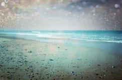 Otwarty widok plaża i bokeh zaświeca abstrakcjonistycznego tło. marzycielski skutek. obraz royalty free