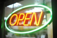 Otwarty znak neonowy światło Fotografia Royalty Free