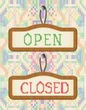 Otwartych I Zamkniętych Drzwiowych znaków Deskowy hafciarski skutek Fotografia Royalty Free