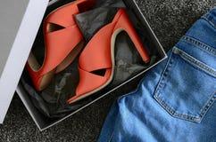 Otwartych palec u nogi criss muła przecinający rzemienni buty Mod pięt buty wewnątrz zdjęcia royalty free