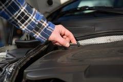Otwierać nafcianą nakrętkę wśrodku samochodowego silnika silnika bloku Fotografia Stock