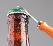 Otwierać piwną butelkę Zdjęcia Stock