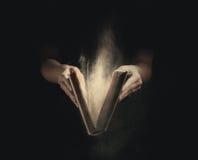 Otwierać starą książkę. Fotografia Stock