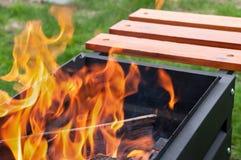 Otwierał ogień z pięknymi jęzorami płomień zdjęcie stock