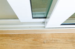 otwiera ślizgowego drzwi z szkłem w domu zdjęcie royalty free