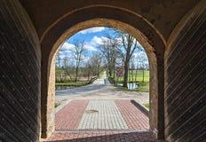 Otwiera średniowieczną bramę w wsi, Europa Zdjęcie Stock