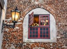 Otwiera średniowiecznego drewnianego dekoracyjnego okno w starym cegła domu zdjęcie royalty free