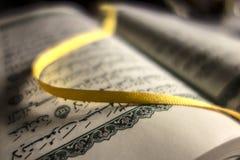 Otwiera Świętą Koran książkę Fotografia Royalty Free