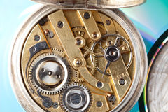 Otwiera antykwarskiego kieszeniowego zegarek obraz stock