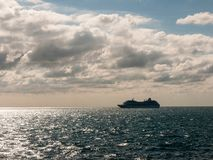 otwiera błękitnego oceanu łodzi transportu wysyłki chmur natury wielką ziemię obraz stock