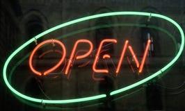 Otwiera, błyszczący neonowego znaka obraz stock