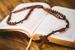 Otwiera biblię z różanów koralikami Obraz Royalty Free