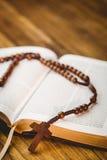 Otwiera biblię z różanów koralikami Zdjęcie Royalty Free