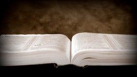Otwiera biblię Zdjęcie Royalty Free