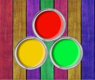 Otwiera blaszane puszki z farbą na farby drewnianym tle Obraz Royalty Free