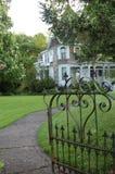 Otwiera bramę przy Głęboką Drewnianą nieruchomością w Salem, Oregon fotografia royalty free