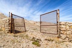 Otwiera bramę na nagim wzgórzu Zdjęcia Stock