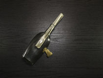 Otwiera butelkę z wiadomością na drewnianym biurku Fotografia Stock