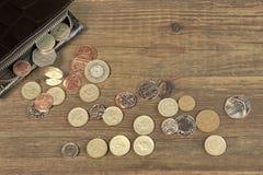 Otwiera Czarnego Męskiego Czarnego Rzemiennego portfel Z Brytyjski Różną monetą Zdjęcie Stock