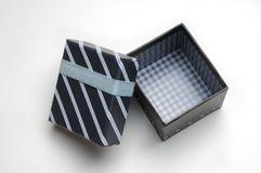 Otwiera czarnego prezenta pudełko z faborku i niebieskich linii wierzchołkiem Obrazy Royalty Free