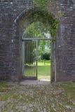 Otwiera drewnianą bramę w łuku antyczny priory w Brecon bakanów południowych waliach, UK obrazy royalty free