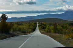 Otwiera drogę przez pięknej wsi Obrazy Royalty Free