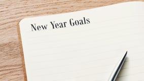 otwiera dzienniczek i pióro z nowy rok celów słowami obrazy royalty free