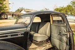 Otwiera dzwi wejściowy samochodowego starego czarnego samochód Obrazy Royalty Free
