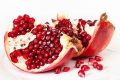 Otwiera granatowiec owoc na talerzu na bielu zdjęcie royalty free