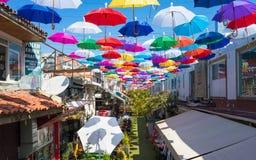 Otwiera kolorowych parasole wiesza nad ulicą w Antalya, Turcja Obraz Royalty Free