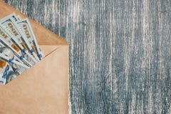 Otwiera kopertę z pieniądze Zdjęcia Royalty Free