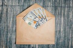 Otwiera kopertę z pieniądze obrazy royalty free