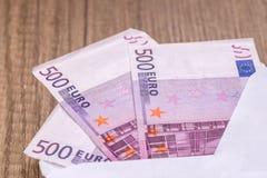 Otwiera kopertę z euro banknotami Obrazy Royalty Free