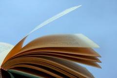 Otwiera książkę Fotografia Stock