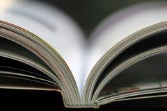 Otwiera książkę obraz stock