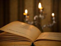 Otwiera książkę Zdjęcia Royalty Free