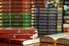 Otwiera książkę i sterty zróżnicowane książki wiele książka stosy na tle z copyspace zdjęcia stock