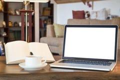 Otwiera książkę, laptop i filiżankę z kawą nad drewnianym stołem, retro filtrujący wizerunek Obrazy Royalty Free