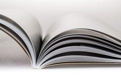 Otwiera książkę lub magazyn obrazy stock