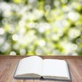 Otwiera książkę na drewnianych deskach Obraz Royalty Free