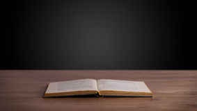 Otwiera książkę na drewnianym pokładzie Obraz Stock