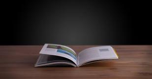 Otwiera książkę na drewnianym pokładzie Fotografia Royalty Free