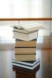 Otwiera książkę na książkach Zdjęcia Stock